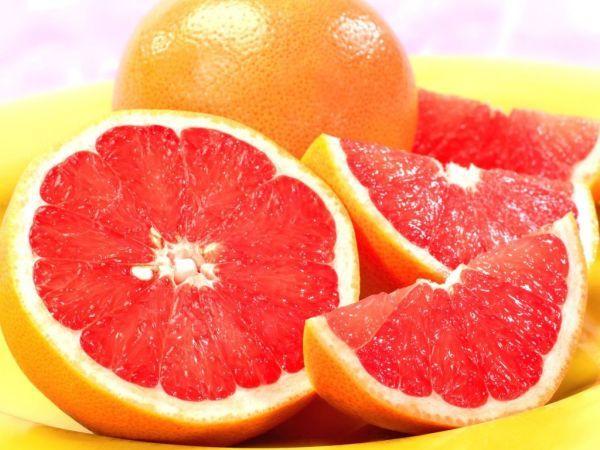 23. Половина грейпфрута – 200 грамм. Грейпфрут издавна славится своим жиросжигающим эффектом. Но не все любят терпкий привкус этого фрукта. Для тех, кому в грейпфрутах не хватает сладости рекомендовано полить грейпфрут чайной ложкой натурального меда.