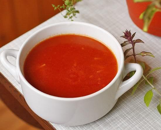 25. Томатный суп – 200 грамм. Это универсальный суп: в холодное время года его едят горячим, в жару – охлажденным. Блюдо богато антиоксидантами для сохранения молодости и здоровья кожи. При этом в одной тарелке содержится менее грамма «плохого» жира.