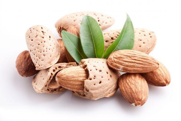 12. Миндаль – 20 грамм. Миндаль отлично подходит в качестве быстрого перекуса. Более того, он считается одним из лучших и полезных орехов. В нем много ненасыщенных жирных кислот и витамина Е.