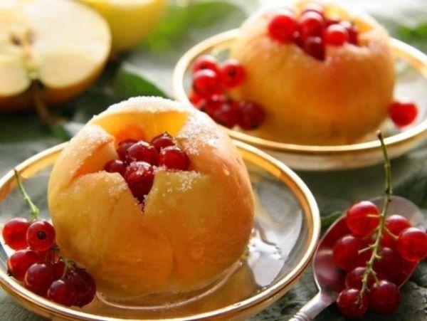 13. Печеные яблоки – 300 грамм. Печеные яблоки по праву считаются чудесным и полезным перекусом. Готовить его очень просто – достаточно поместить порезанное яблочко на несколько минут в микроволновую печь. Для большего аромата можно добавить корицу.