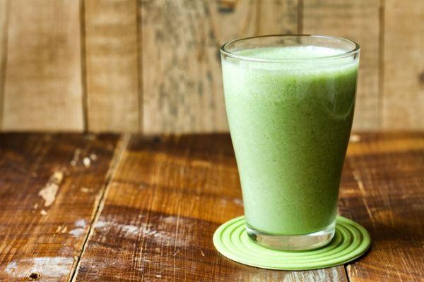 1. Молочный смузи – 300 грамм. Нежирный йогурт или кефир, в сочетании со свежими или замороженными фруктами и ягодами – шикарный десерт или вариант перекуса. Такой коктейль является отличным источником белка витаминов и кальция.