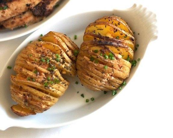 3. Запеченный картофель – 120 грамм. Одна картофелина, запеченная в духовке, в сочетании с зеленью и томатами и мы имеем оригинальный и сытый перекус. Кушать запеченный картофель рекомендуют прямо с кожурой.