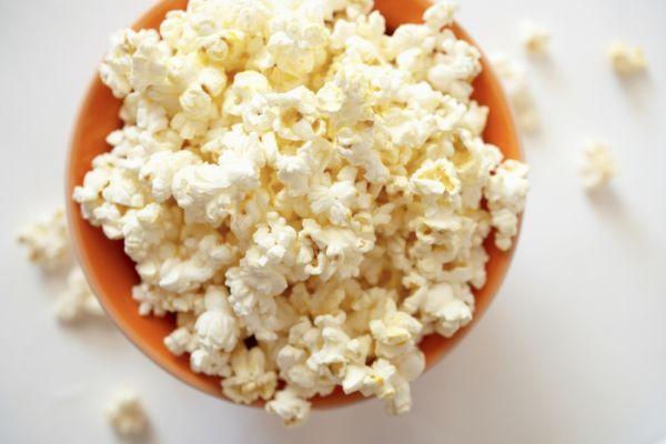11. Попкорн – 100 грамм. Взорванные зерна кукурузы – это интересный и необычный вариант перекуса. На приготовление вам понадобится всего несколько минут, а вот объем и низкая калорийность впечатлит.