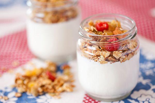 10. Йогурт с мюсли – 120 грамм. Все кисломолочные продукты являются источником белка и кальция. Мюсли улучшают пищеварении, особенно, если в их содержание присутствует клетчатка. А также прекрасно насыщает и поставляет в организм витамины и минералы.