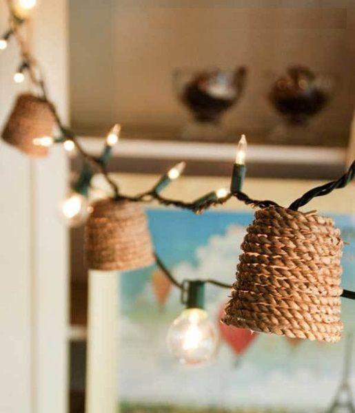 Обвить веревкой можно не только абажур, а и патроны для лампочек. Важно помнить, что такие элементы имеют свойство нагреваться.