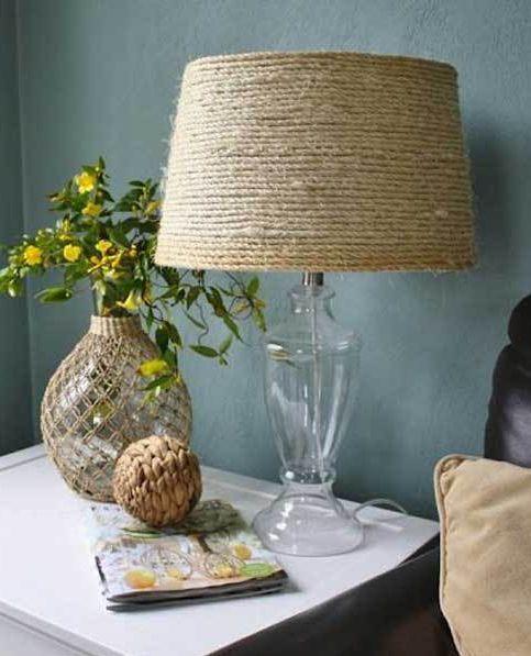 А вот задача чуть сложнее - декорировать веревкой абажур настольной лампы. Для этого достаточно обвить ее веревкой.