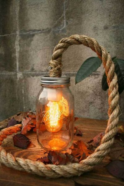 Некоторые умельцы встраивают в канат светодиодные лампы, так что получаются оригинальные светильники.