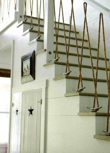 Крепкий канат еще можно применить в качестве балясин (вертикальных столбиков в лестнице).
