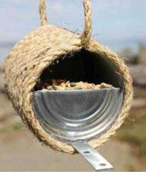 Даже стильную кормушку для птиц можно соорудить имея под рукой консервную банку и бечевку.