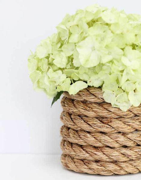 Что может быть проще, чем сделать из приевшейся вазы произведение искусства. Для этого нужно всего лишь обмотать джутом любую емкость.