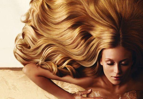 3. Защита волос перед мытьем. Этот способ впервые появился в Древнем Египте. Разогрейте оливковое масло на водяной бане до комнатной температуры, щедро нанесите на всю длину волос, уделяя особое внимание корням и кончикам. Для достижения лучшего эффекта можно укутать голову полотенцем. Спустя 10-20 минут начинайте мыть голову обычным шампунем.