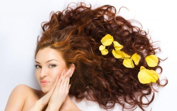 14. Сыворотка для волос. Совсем не обязательно приобретать отдельное средство для того, чтобы придать волосам дополнительный блеск. Просто нанесите несколько капель масла на расческу и распределите по всей длине волос. Волосы будут меньше пушиться и приобретут здоровый блеск.