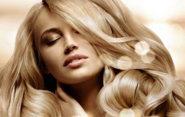 10. Помощник при окраске волос. Если во время этой процедуры краска попадет на кожу лица и шеи, просто протрите кожу смоченным в масле ватным диском. Также содержащие масла бальзамы и маски помогут вам быстрее избавиться от неудачного цвета волос – они быстрее, чем остальные средства, вымывают пигмент.
