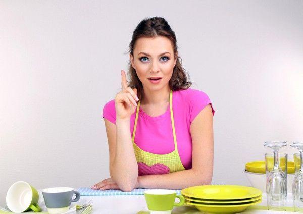 5. Средство для мытья посуды. Если моющее средство, которое вы используете, слишком агрессивно воздействует на кожу, добавьте в него пару столовых ложек обычного растительного масла. Это ненамного ухудшит качество мытья, зато спасет ваши руки от вечного шелушения после работы на кухне.