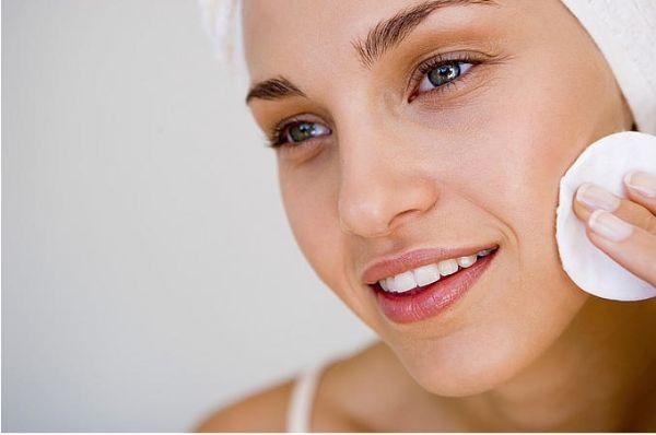 1. Средство для снятия макияжа. Масла считаются отличными помощниками при снятии макияжа. Попробуйте смывать косметику, к примеру, миндальным маслом. Нанесите его на ватный диск, приложите к лицу на несколько секунд и начинайте нежными движениями удалять макияж, двигаясь по массажным линиям.