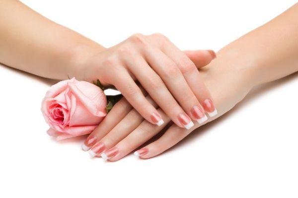9. Помощник во время маникюра. Аккуратно нанесите масло на кутикулу перед тем, как начнете красить ногти. Теперь, даже если вы допустите неточность и испачкаете кожу лаком, он легко отойдет после первого же мытья рук.