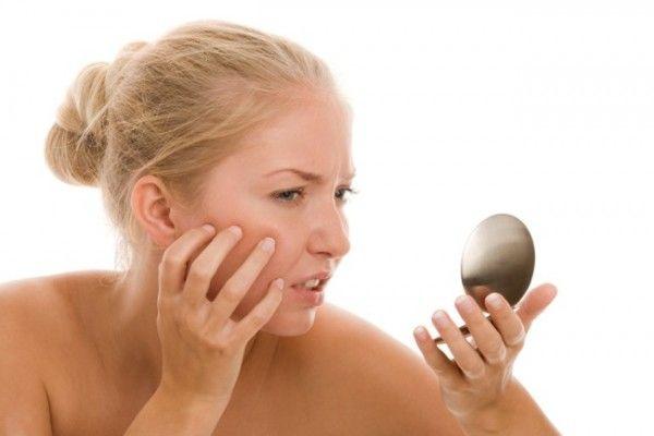 2. Смягчающее средство.   Использовать масла, как смягчающее средство, начали еще в Древней Индии. Перед тем, как принять ванну или душ, сделайте массаж с использованием масла, подождите несколько минут и наслаждайтесь водными процедурами.
