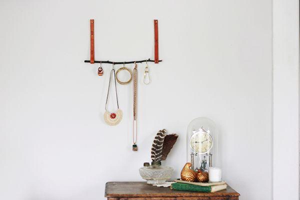 А эта подставка сражает наповал своей креативностью. Даже бижутерия, висящая на нем, создает впечатление стильного украшения помещения.