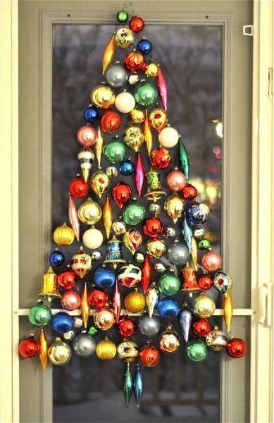 Если вы любите классические елочные игрушки? Расположите их в виде дерева любого размера в любом месте, нуждающемся в праздничной атмосфере — на стене, окне, двери или потолке.