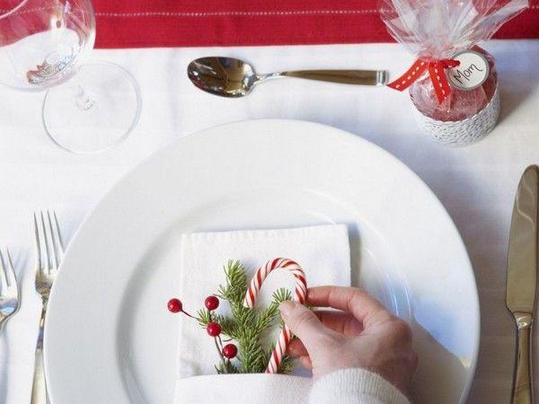 Разместив на тарелках мелкие символы праздника, такие как веточки ели или новогодние игрушки, вы также придадите столу праздничное настроение.