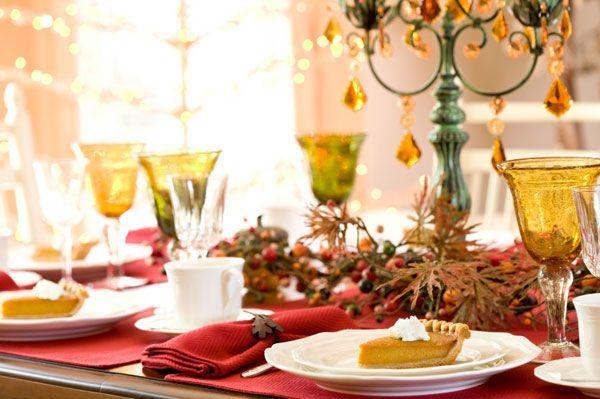 За неимением елочных веток, осенние листья и красные ягоды помогут украсить новогодний стол.