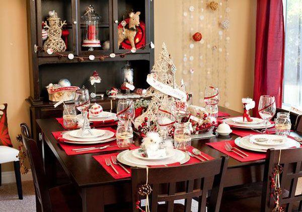 Креативная елочка из веток и незамысловатые украшения лентами также отлично помогут вам украсить новогодний стол.