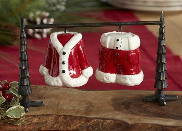Новогоднее настроение создадут и мелкие тематические детали, такие как солянка и перечница в виде костюма Деда Мороза.