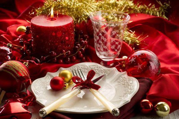 Елочные игрушки на праздничном столе  - новое веяние современности. А красная шелковая скатерть подарит приятное праздничное настроение.