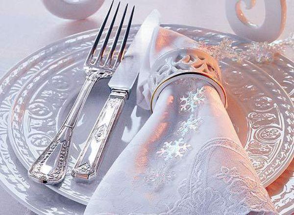 Для тех, кто хочет лишь слегка придать новогоднему столу праздничное настроение, рекомендуются незначительные украшения. Так снежинки, расположенные на салфетке, будут приятным характерным дополнением праздника.