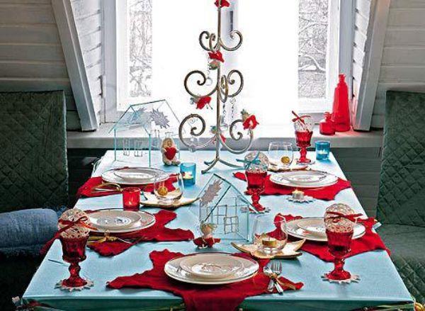 Основные цвета Нового года – красный и белый. Разместив белые тарелки на красных салфетках можно ярко и нарядно украсить стол.