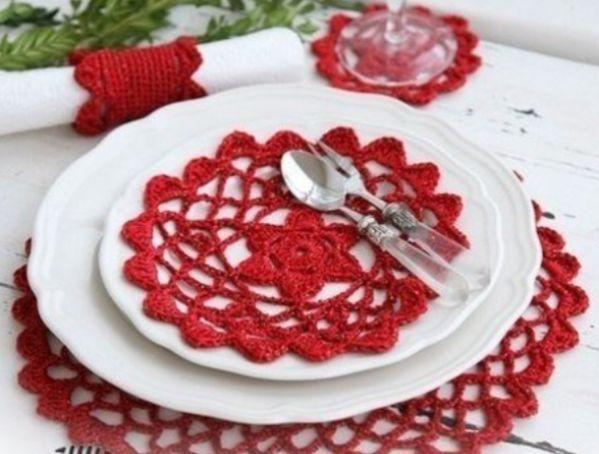 Если вы умеете вязать крючком, то этот способ украшения стола для вас. Вязанные красные салфетки отлично дополнят новогодний интерьер.