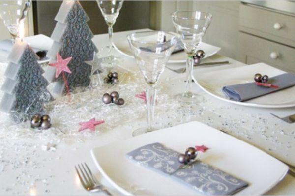 Очень необычно и красиво смотрится украшение стола поролоновыми или пенопластовыми елочками. Салфетки в цвет дополнят праздничный стол.