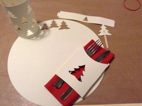 Этот вариант украшения новогоднего стола нравится мне больше всего. Что может быть проще, чем сделать такую салфетку под тарелку, нож и вилку.