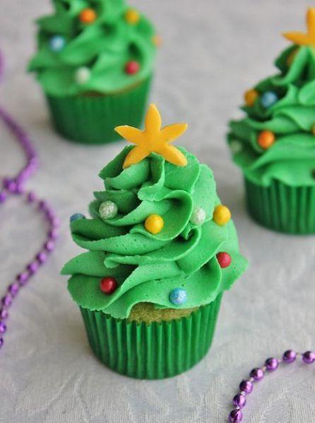 Придать капкейкам вид елочек можно добавив в кондитерский крем пищевые красители. Зеленый крем сделает ваш десерт максимально похожим на новогоднее дерево.