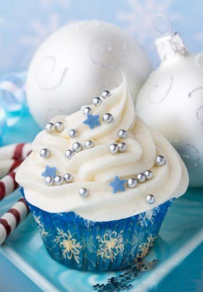 Для украшения капкейков можно использовать фигурную кондитерскую посыпку. Особенно те элементы, которые напоминают снежинки и звезды.