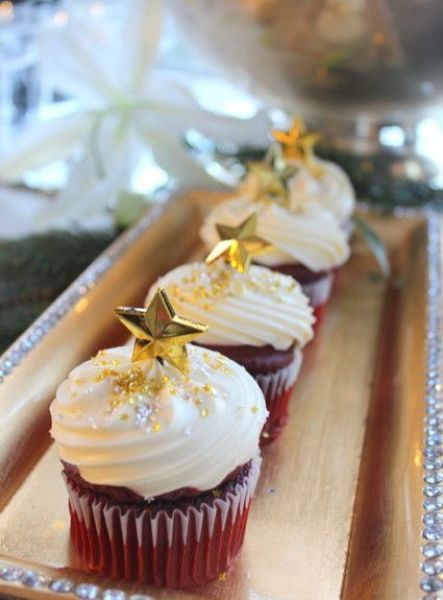 Не обязательно украшение капкейков может быть съедобными. Очень красиво смотрятся на десерте различные мелкие украшения.