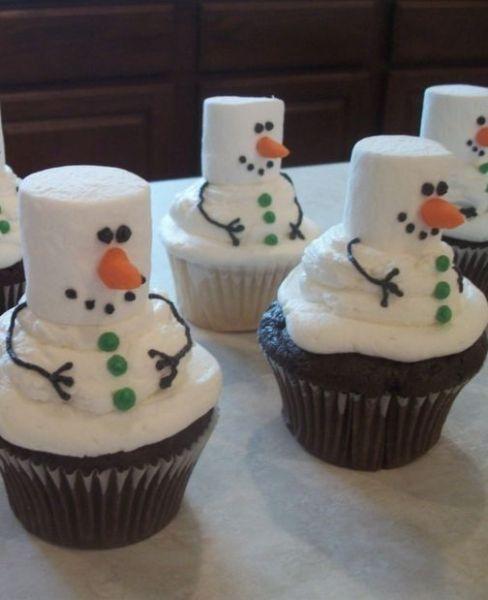 Украшение из белкового крема и белого зефира поможет создать на вашем капкейке образ снеговика.