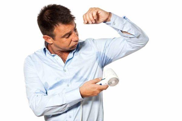 Пятна от пота на одежде выводятся поваренной солью. Положите горсть соли на литр воды и в этом растворе замочите одежду на час. Потом хорошо прополоскайте.