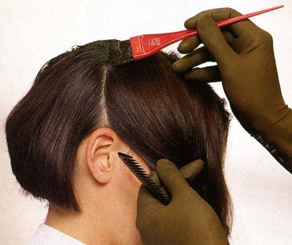 Пятно от краски для волос можно удалить раствором перекиси водорода с нашатырным спиртом или раствором гидросульфита (1 чайная ложка на стакан воды). Для этого раствор нужно подогреть до 60 градусов и ваткой, смоченной в нем, протереть пятно. Затем вещь постирать в теплой мыльной воде.
