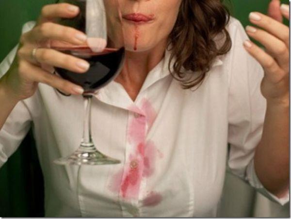 Свежие пятна от красного вина, фруктов нужно засыпать солью и промывать водой с мылом или протереть 5-процентным раствором нашатырного спирта, а затем промыть.