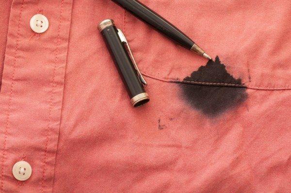 Небольшое пятно от чернил или пасты шариковой ручки на клеенке, пластике или на пальцах можно убрать слегка смоченной головкой спички. Потом это место промойте теплой водой с мылом.