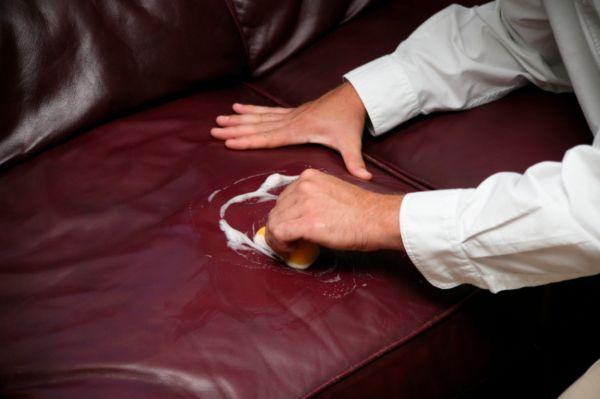 Пятна на изделиях из искусственной кожи нельзя удалять спиртом, бензином, ацетоном, а только теплой мыльной водой.