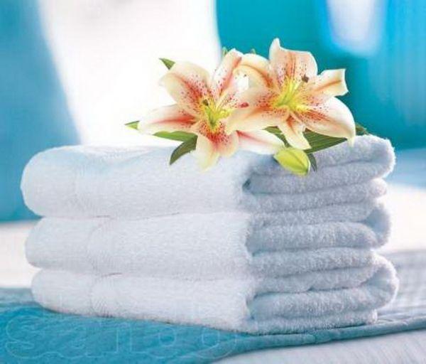 Чайные пятна на белой ткани можно вывести перекисью водорода или несколькими каплями лимонного сока, после чего вещь нужно постирать и прополоскать в теплой воде.