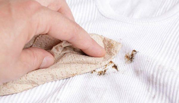 Пятно от грязи нельзя очищать сразу, когда оно еще мокрое. Надо дать пятну высохнуть, потам очистить слабым раствором буры и протереть сухой тряпкой.