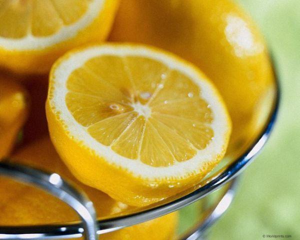 Пятна от ржавчины легко можно убрать с помощью лимона. На сухую ткань нанесите сок лимона, оставьте на пол часа, затем стирайте в машинке с обычным порошком.  Старые ржавые пятна можно удалить с помощью уксусной эссенции (1 чайная ложка на 0,5 стакана воды). В подогретый раствор кислоты на несколько минут опускают загрязненную часть одежды, после чего хорошо прополаскивают водой.