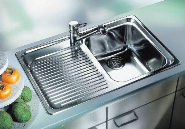 Запах в доме от водопроводных труб отбивает такая смесь, брошенная на 15 минут в отверстие трубы: пищевая сода, крупная соль и уксус в пропорции 1:1:2. Держим четверть часа, смываем горячей водой.