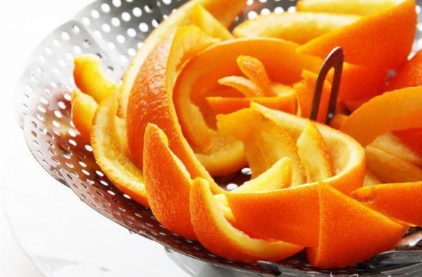 В духовку сразу после готовки кладем кожуру апельсина и держим там до полного остывания духовки.