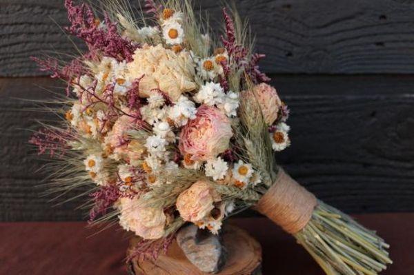 Широко применяется силикагель во флористике. С его помощью легко создать прекрасный букет из высушенных цветов, завернув их в бумагу с одним или несколькими пакетиками силикагеля на 3-7 дней.