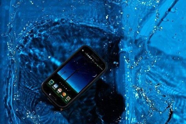 Если вы уронили сотовый телефон или любое устройство в воду, вам снова поможет силикагель. Отсоедините аккумуляторную батарею и карту памяти из устройства, положите его в емкость и засыпьте силикагелем, оставьте его минимум на ночь перед включением.
