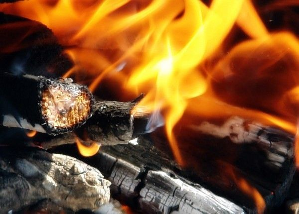 Если вам надо развести костер, используйте для этого сахар, который многократно усиливает горение.